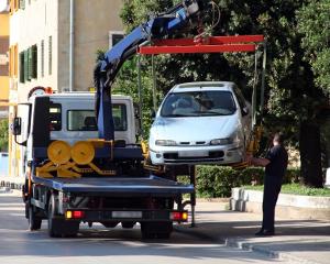 Auto professionell abschleppen lassen: Nach einer Reifenpanne auf der Autobahn die sicherste Lösung.