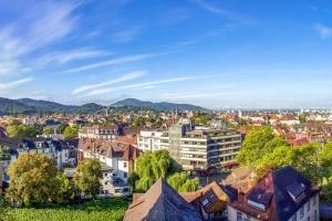 Wir helfen Ihnen, einen Anwalt für Verkehrsrecht in Freiburg zu finden.