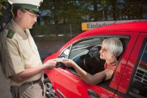 Eine Ausweiskontrolle ist normalerweise üblich, auch bei Routineabläufen.