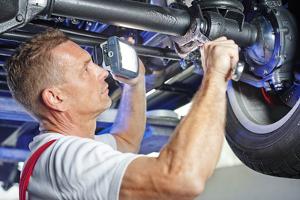 Wann muss Ihr Auto zur Richtbank und welche Kosten entstehen dabei?