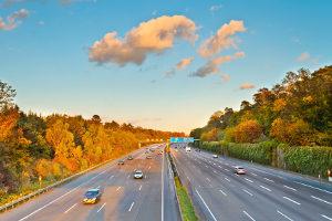 Auf der Autobahn sind Unfälle seltener als auf anderen Straßen.