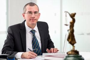 Beim Bußgeldbescheid kann Ihnen ein Anwalt für Verkehrsrecht in Leipzig weiterhelfen.