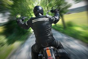 Müssen Sie für die Erste Hilfe den Helm abnehmen, wenn am Unfall ein Biker beteiligt ist?