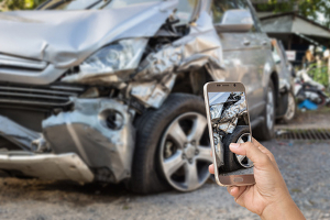 Fahrerflucht nach einem Sachschaden: Einen Zettel am beschädigten Fahrzeug zu hinterlassen genügt nicht.
