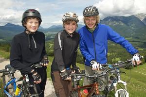 Bei einem Fahrradunfall kann ein Helm vor verheerenden Kopfverletzungen schützen.