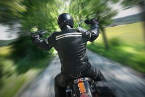 Ein Motorradunfall ohne Helm kann tödlich für den Fahrer enden.