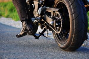 Ein Motorradunfall ohne Schutzkleidung ist besonders gefährlich.