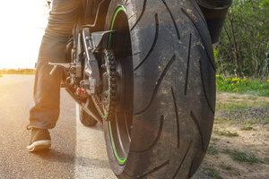 Beim Motorradunfall ohne Schutzkleidung trägt der Fahrer eine Mitschuld.