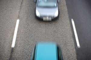 Nötigung im Straßenverkehr kann zur Entziehung der Fahrerlaubnis und Punkten in Flensburg führen.