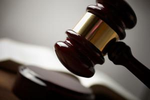 Nach Paragraph 323c StGB droht bei unterlassener Hilfeleistung eine Geldstrafe oder Freiheitsstrafe von bis zu einem Jahr.