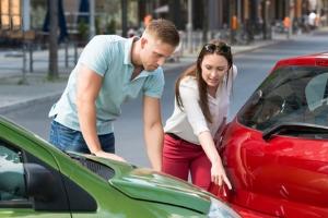 Ein Personalienaustausch am Unfallort ist für die Schadensmeldung bei der Versicherung wichtig.