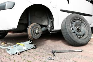 Nach einer Reifenpanne kann der Pannendienst helfen, den platten Reifen zu wechseln.