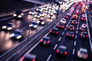 Rettungsgasse auf dreispuriger Autobahn: Die Gasse liegt zwischen linkem und mittlerem Fahrstreifen!