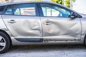 Eine Schadensersatzforderung nach einem Unfall muss zivilrechtlich durchgesetzt werden.