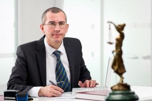 Brauchen Sie Hilfe Ihre Schadensersatzforderung durchzusetzen, so kontaktieren Sie einen Rechtsanwalt.