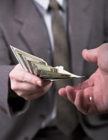 Anspruch geltend machen: Sie müssen bei der Versicherung Schmerzensgeld beantragen.
