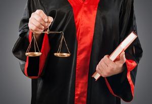 Schmerzensgeld: Auf die Dauer bis zur Auszahlung kann auch ein Verfahren Einfluss nehmen.
