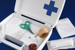 Nach einem Unfall ist die Erste Hilfe Pflicht! In jedem Fahrzeug muss sich daher ein Verbandskasten befinden.