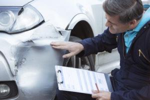 Nach einem Unfall mit einem Dienstwagen sollte ein Gutachter den Schaden inspizieren.