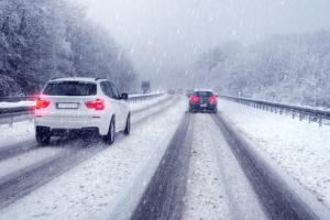 Ein Unfall mit Firmenwagen kann beispielsweise bei schlechten Wetterbedingungen passieren.