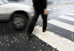Ein Unfall mit Winterreifen im Sommer kann passieren, da sich der Bremsweg verlängert.