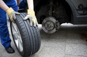 Um keinen Unfall mit Winterreifen im Sommer zu riskieren, sollten Autofahrer nicht auf Sommerreifen verzichten.