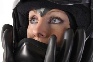 Bei einem Unfall mit dem Motorrad kann Schutzkleidung wie Helm und Bikerjacke Schlimmeres verhindern.