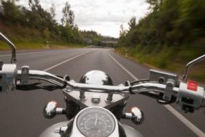 Ein Unfall ohne Helm kann teuer werden, da der Fahrer eine Mitschuld trägt.