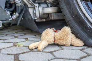 An einem Unfall einfach vorbeigefahren? Unterlassene Hilfeleistung kann gelten.