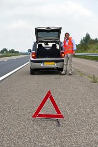 Nach einem Unfall muss das Warndreieck aufgestellt werden.