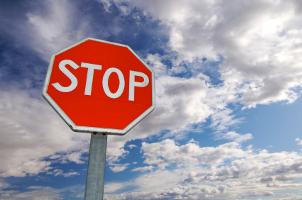 Halten Sie in der Unfallskizze auch relevante Schilder fest.