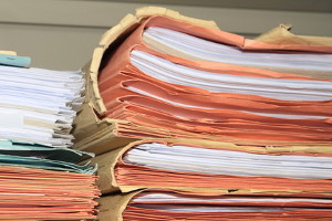 Unterlassene Hilfeleistung ist strafbar nach § 323c Strafgesetzbuch.