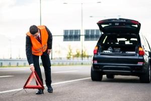 Warndreieck richtig aufstellen: Auf der Autobahn sollte der Abstand zur Unfallstelle mindestens 150 m betragen.