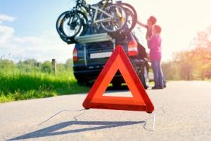Wenn Sie ein Warndreieck aufstellen, ist die Entfernung auf der Autobahn größer zu wählen als anderswo.