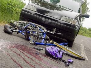 Was tun bei einem Autounfall? Auch Zeugen sollten Erste-Hilfe leisten.